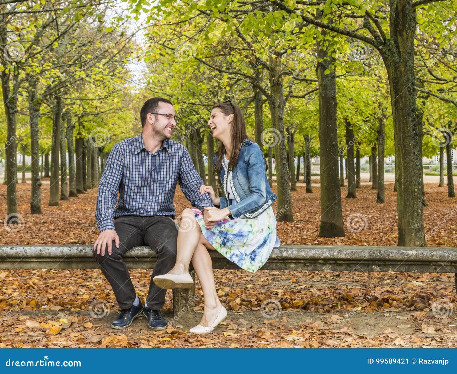Счастливые пары в парке в осени