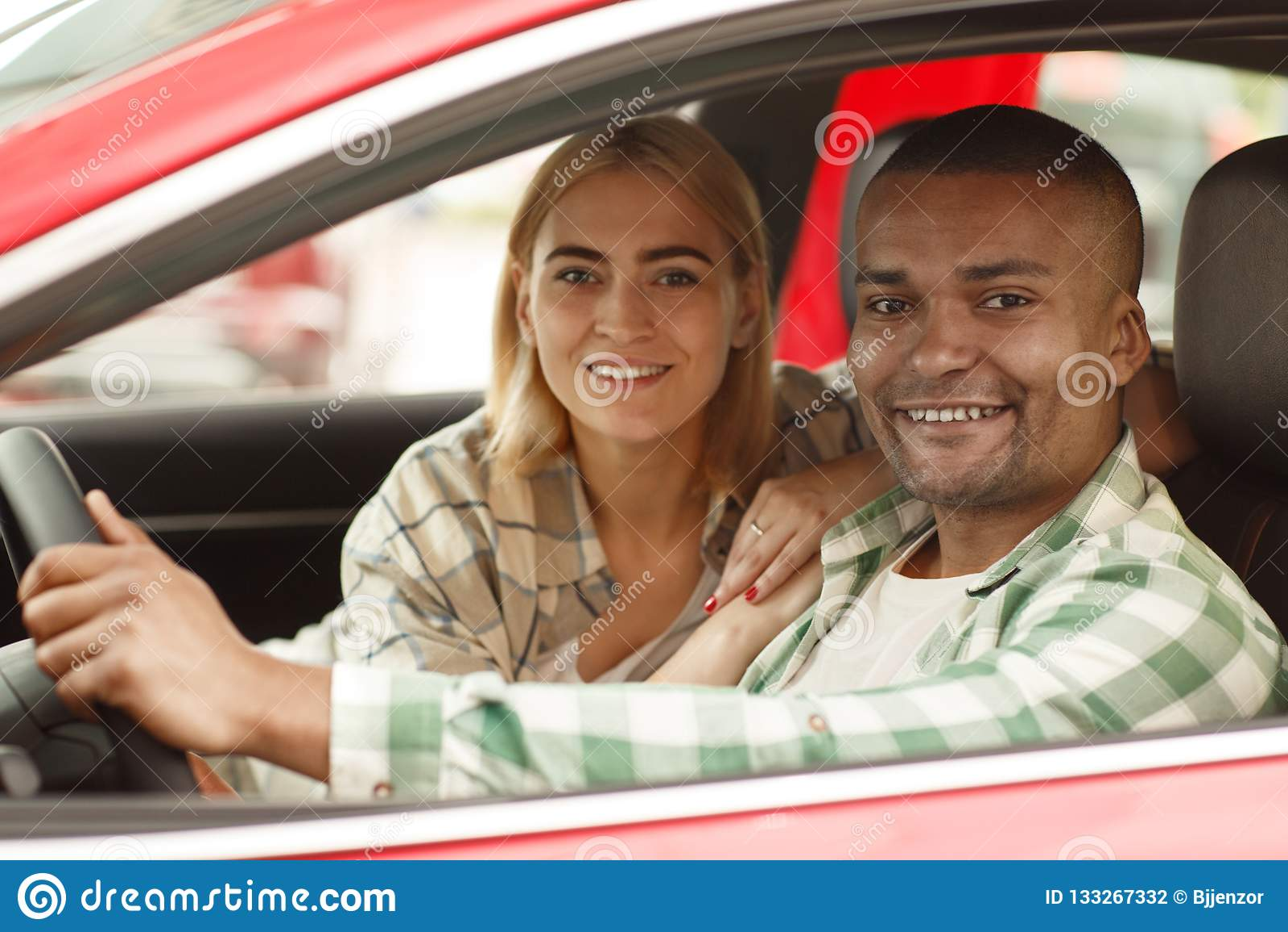Счастливые пары покупая новый автомобиль совместно на дилерских полномочиях