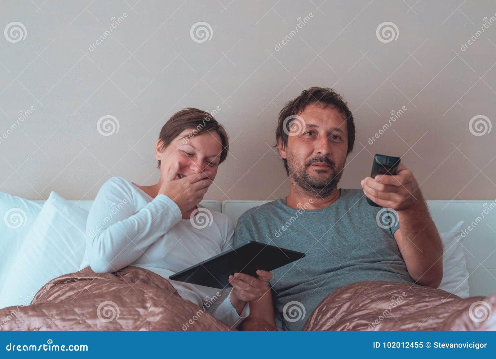 Супруги в спальне онлайн