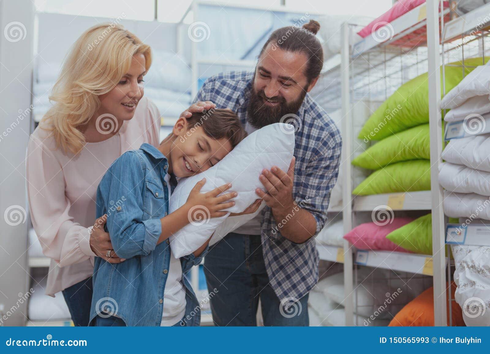 Счастливые покупки семьи на мебельном магазине