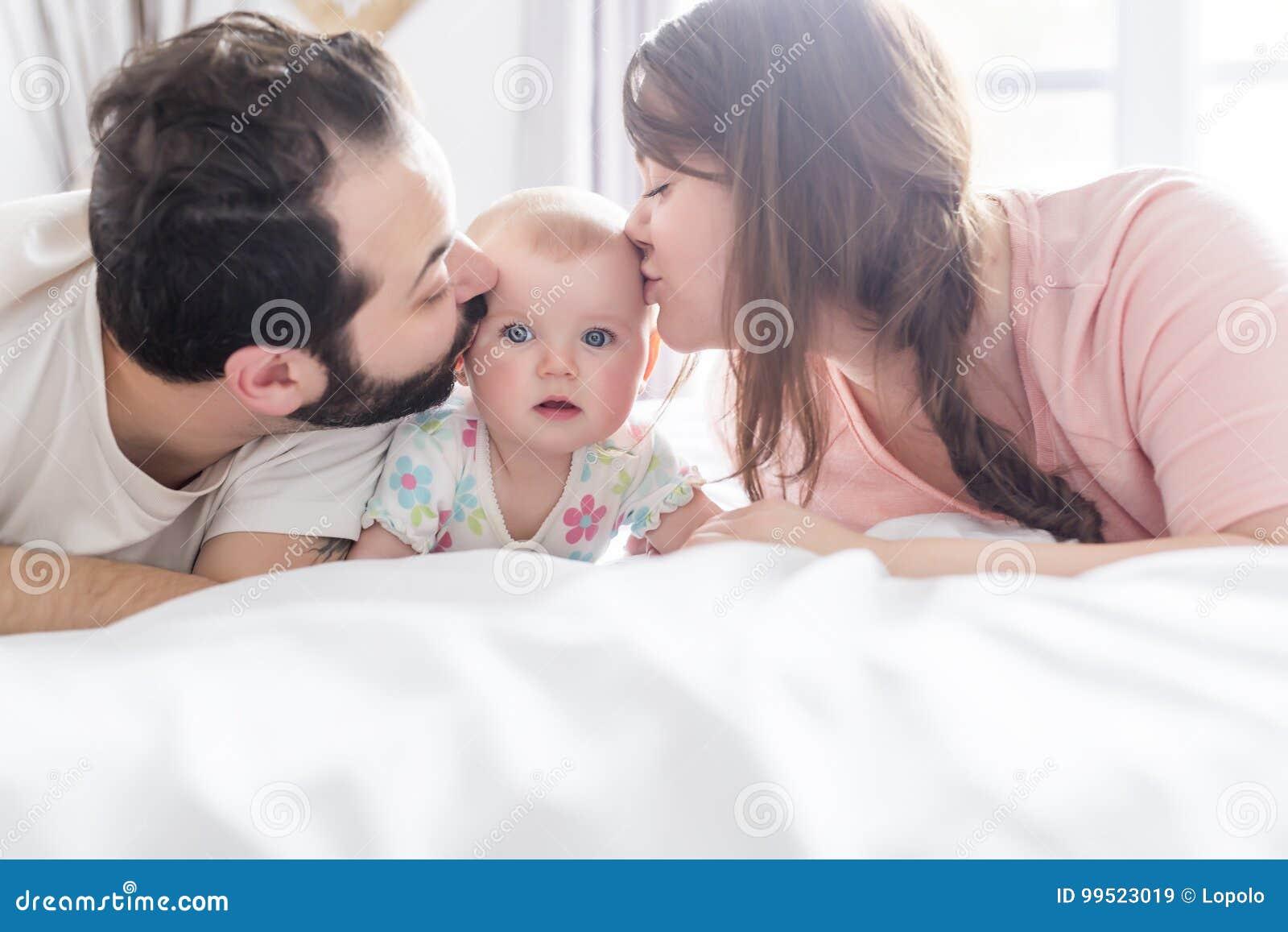 Мать и отец на кровати