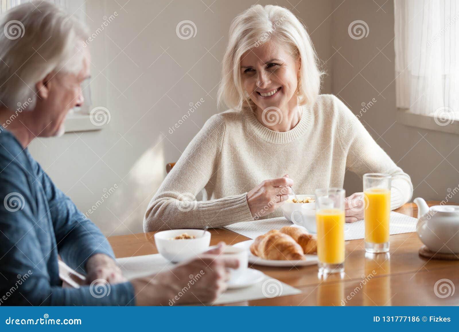 Счастливые старшие пары имеют здоровый завтрак дома