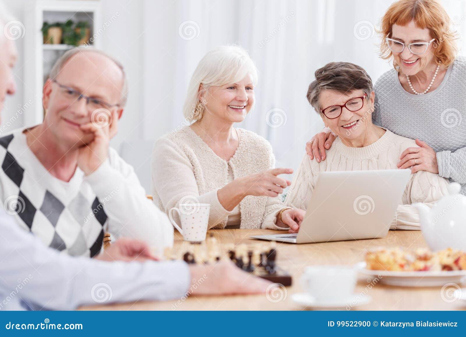 Счастливые старшии в доме престарелых