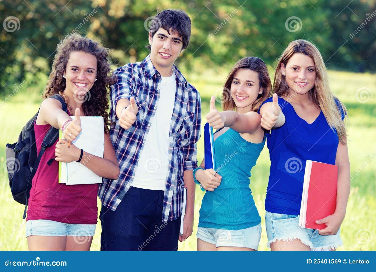 счастливые студенты портрета парка молодые