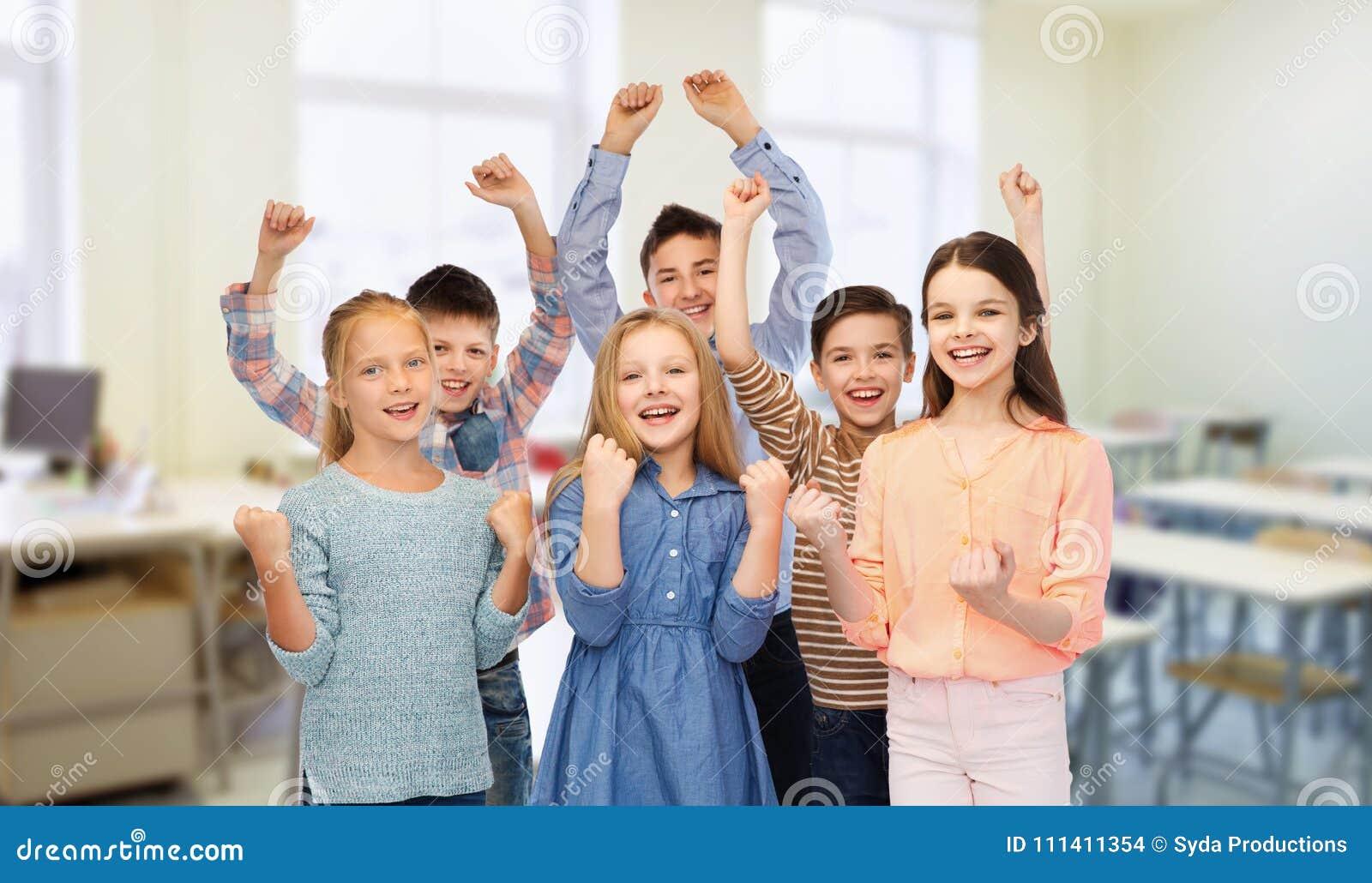 Счастливые студенты празднуя победу на школе