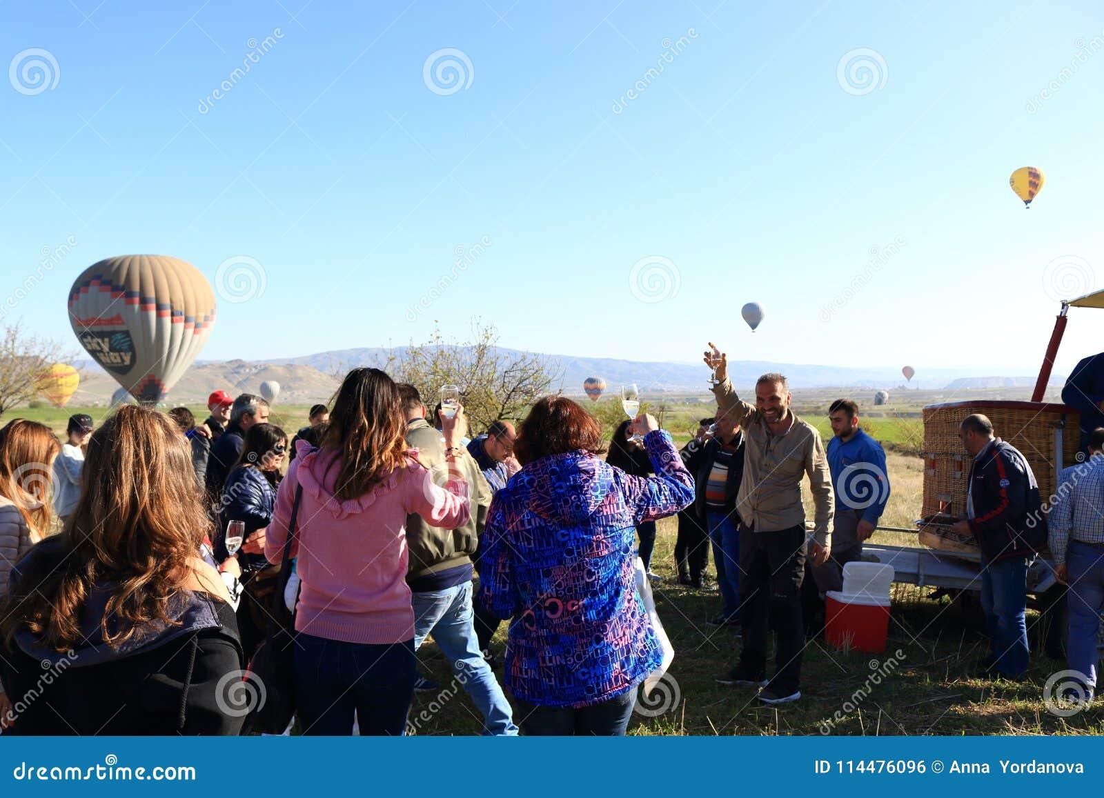 Счастливые туристы после горячего воздушного шара путешествуют Cappadocia Турция