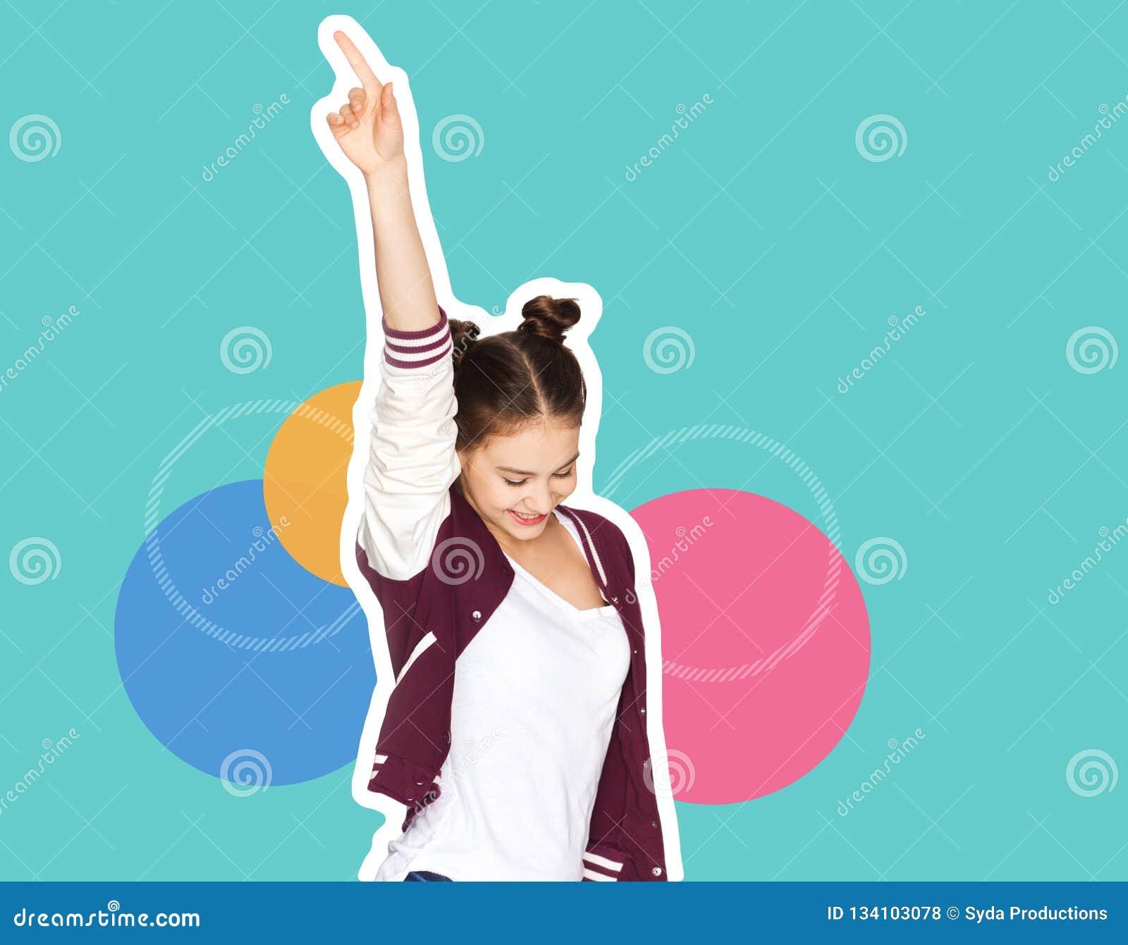 Счастливые усмехаясь танцы девочка-подростка