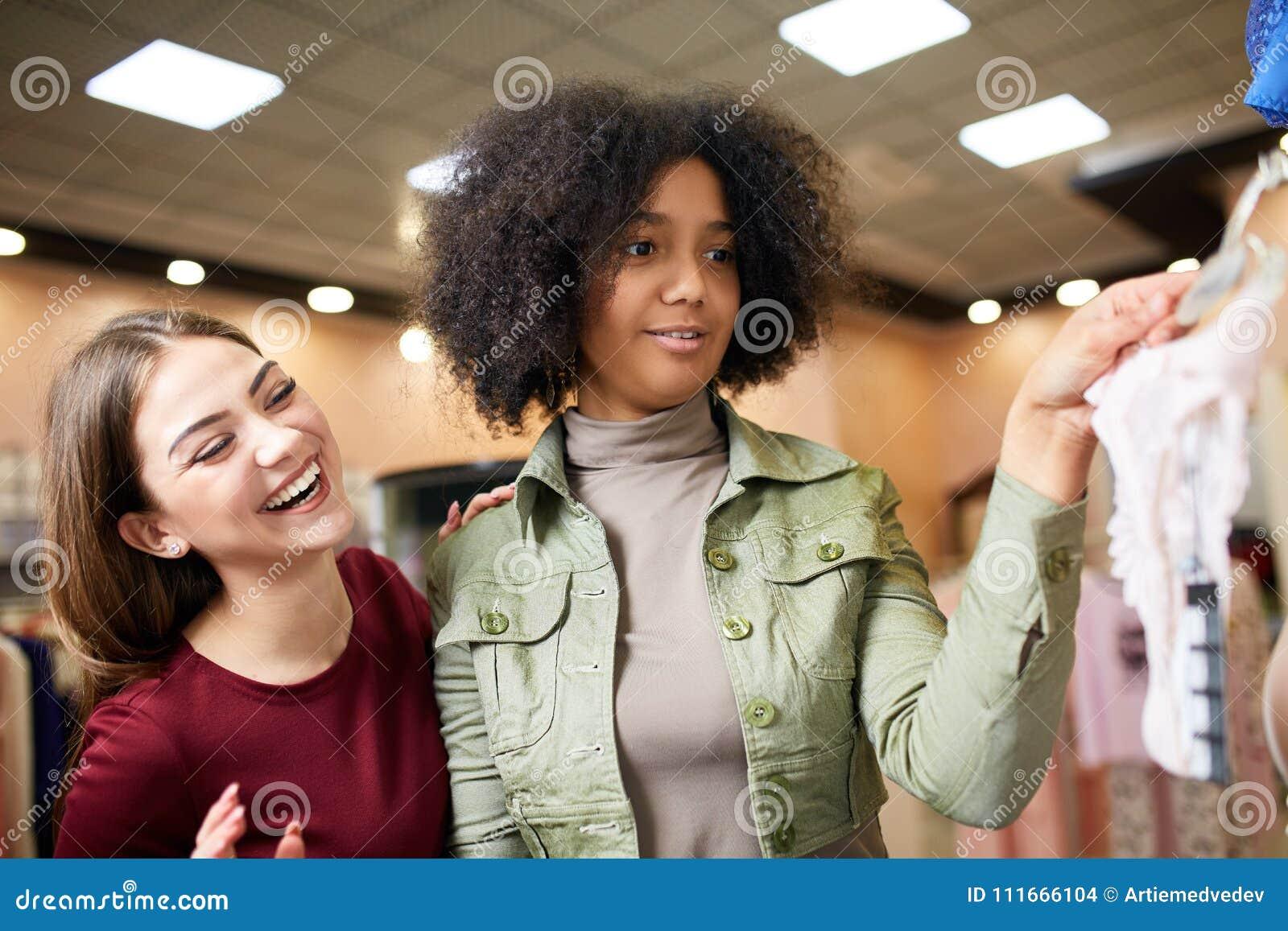 Видео трахают молодые женщины с покупками