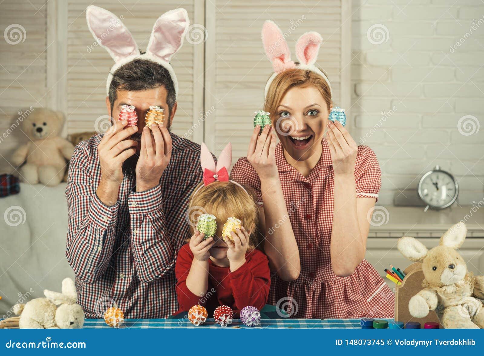 Счастливые яйца краски семьи пасхи