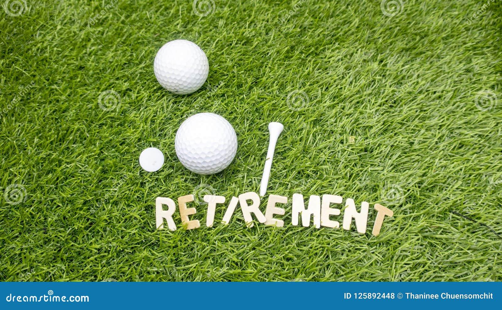 Счастливые retiremen к игроку в гольф
