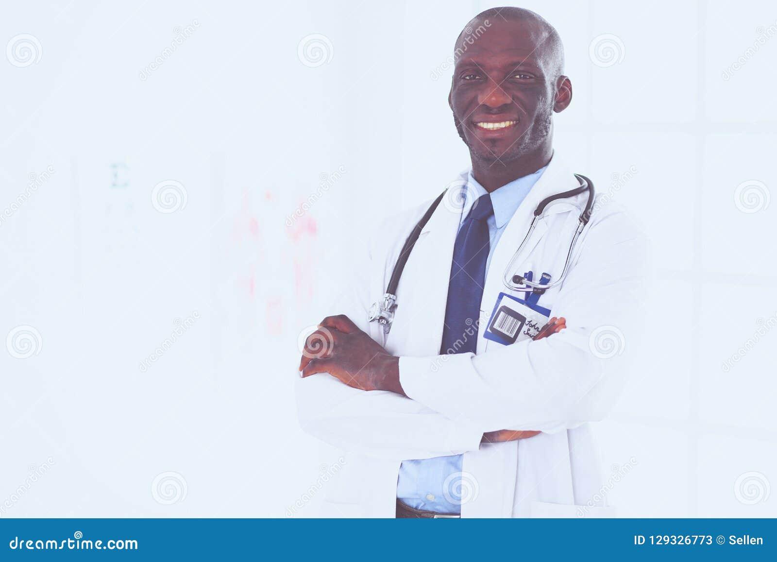Счастливый афро портрет доктора человека при пересеченные оружия