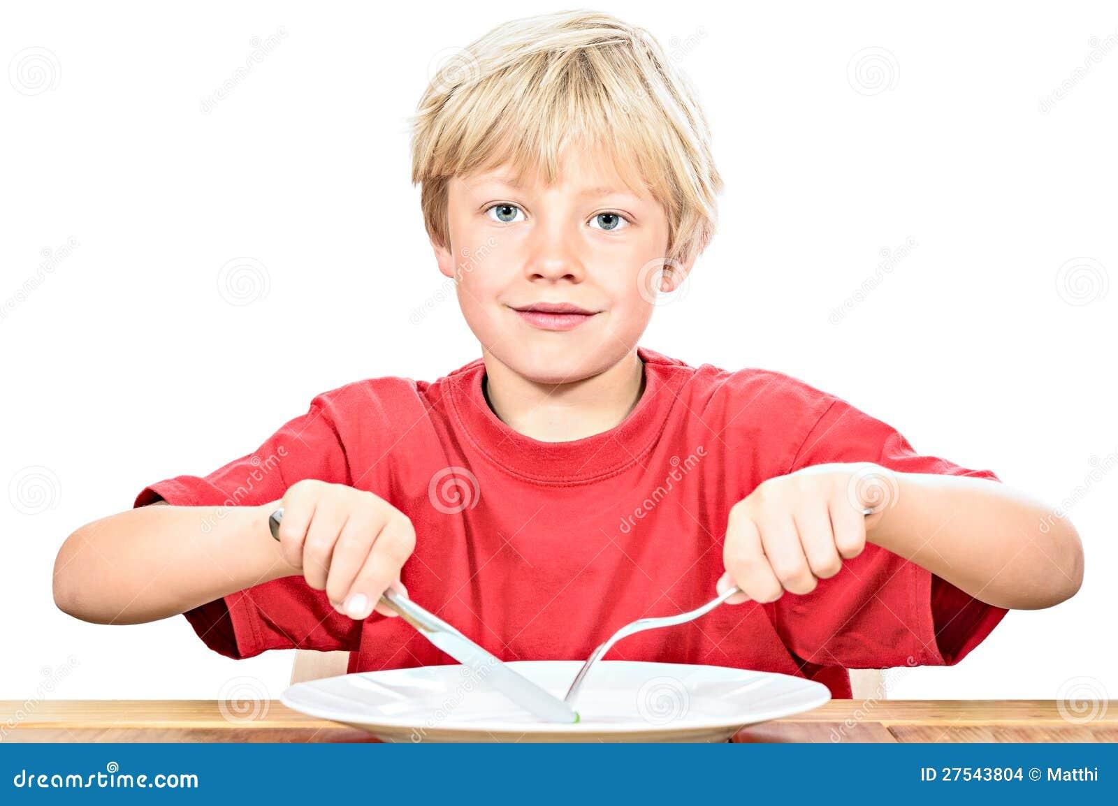 Счастливый белокурый мальчик есть горох