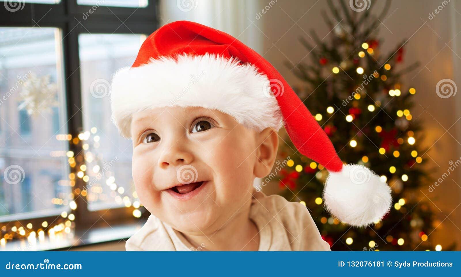 Счастливый маленький ребенок в шляпе santa на рождестве