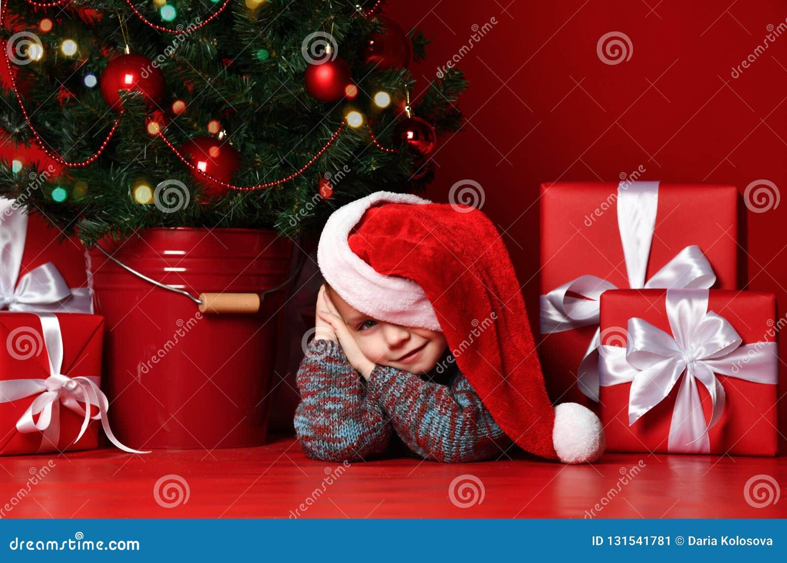 счастливый новый год xmas Портрет ребенка в подарках рождества красной шляпы Санта ждать