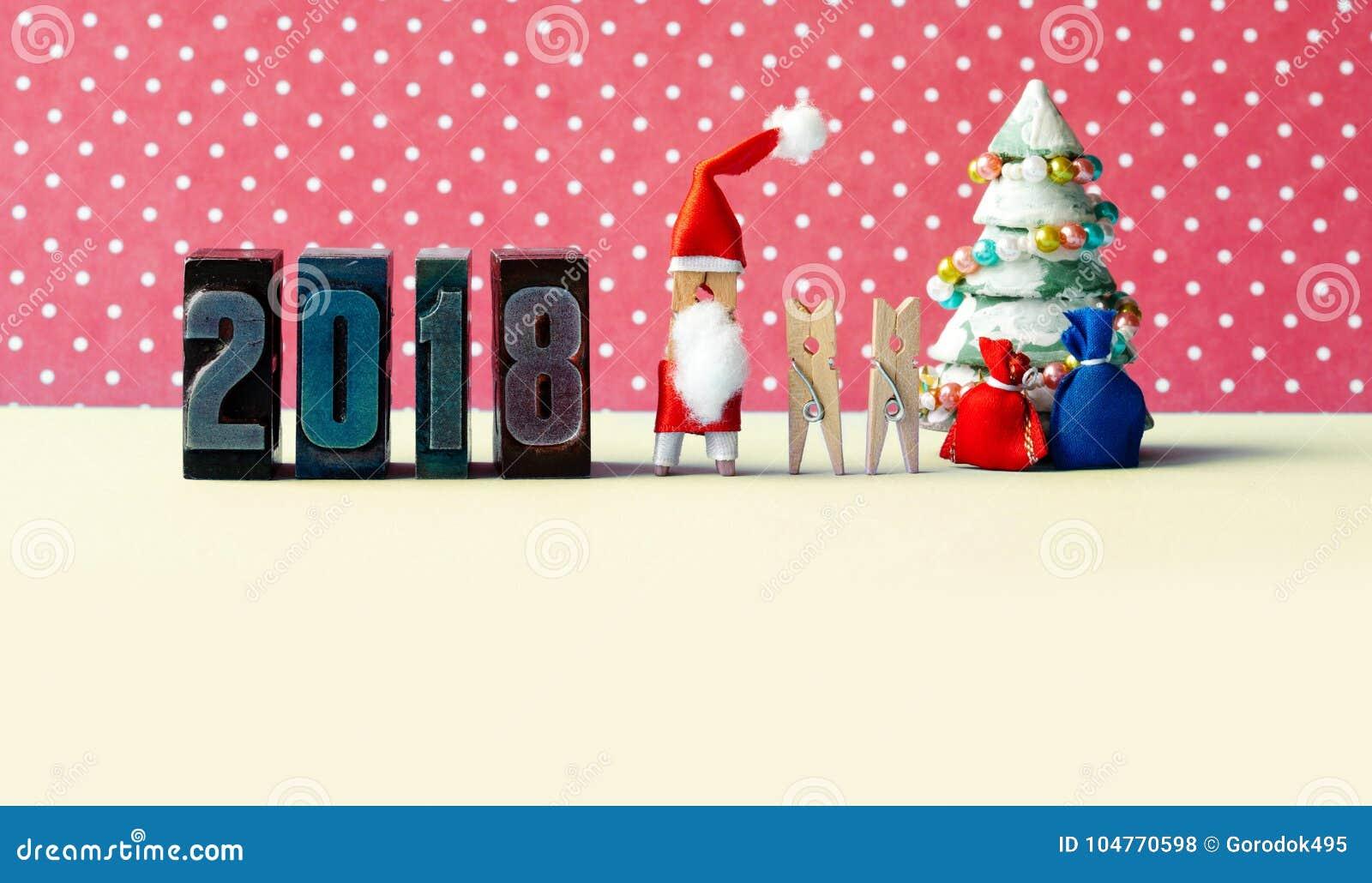 Счастливый плакат партии Xmas Нового Года 2018 Дети, украшенная ель, подарки в сумках и год сбора винограда зажимок для белья Сан