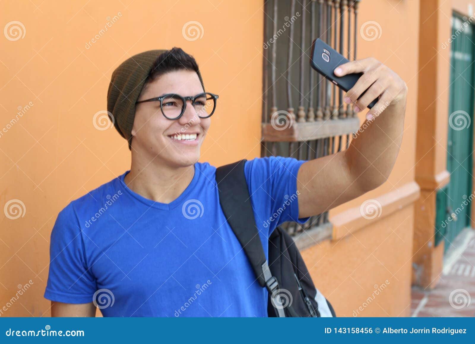 Счастливый подросток принимая selfie