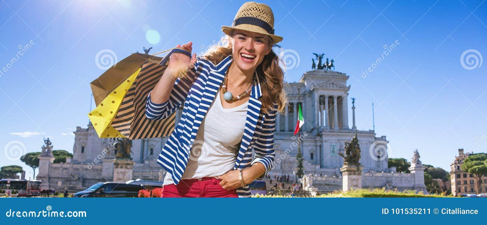 Счастливый покупатель молодой женщины на аркаде Venezia в Риме, Италии