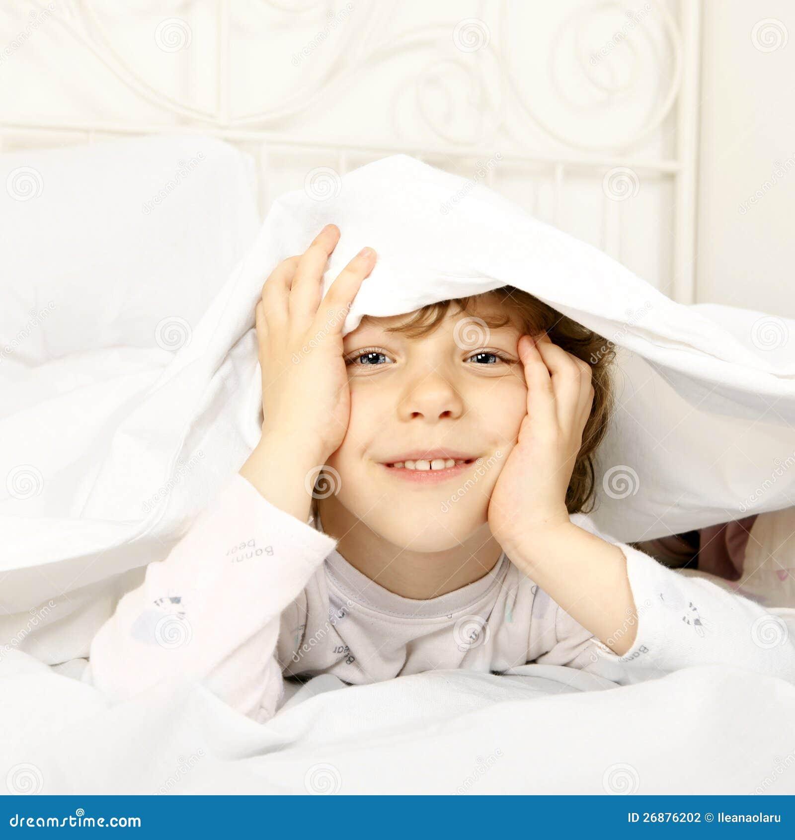 Счастливый ребенок в кровати