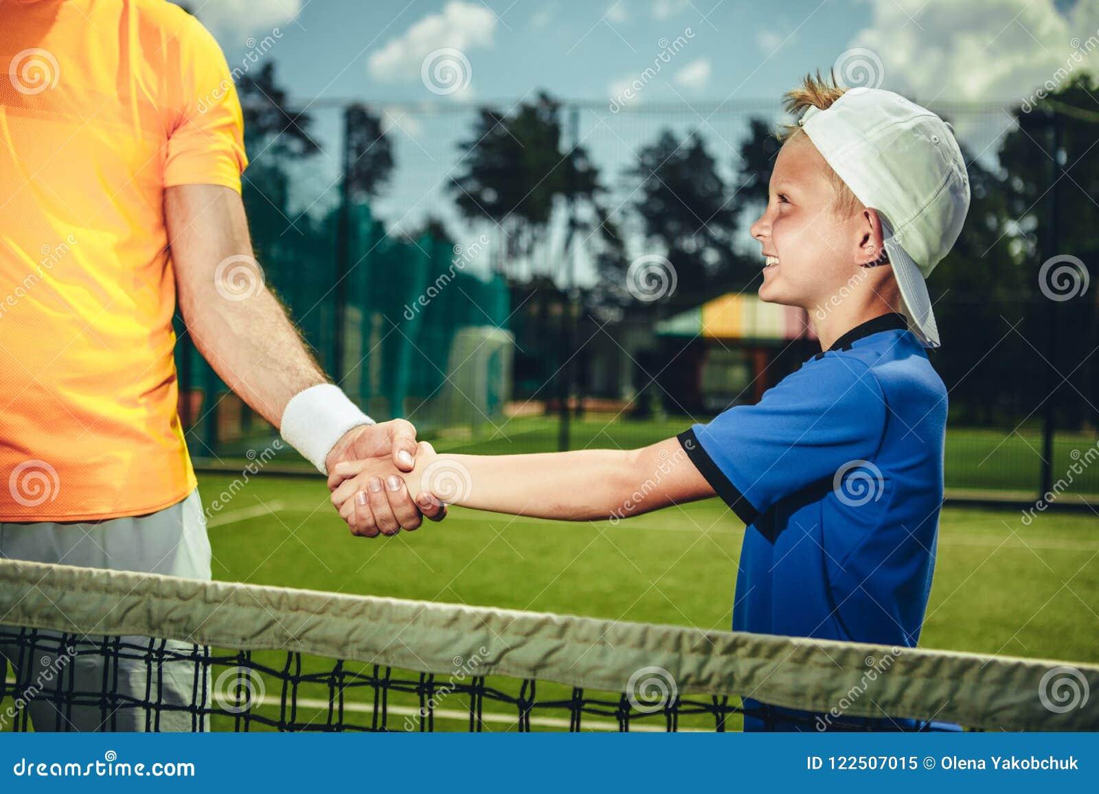 Счастливый ребенок тряся руку человека