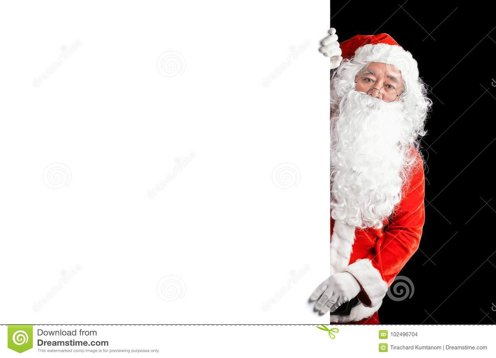 Счастливый Санта Клаус держа пустую предпосылку знамени рекламы с космосом экземпляра Усмехаясь Санта Клаус указывая в белый пуст