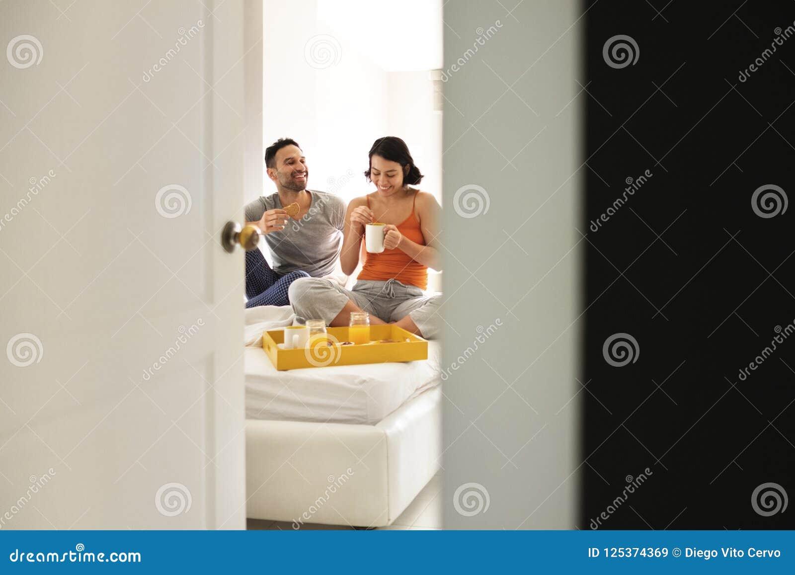 zhena-doma-v-spalne