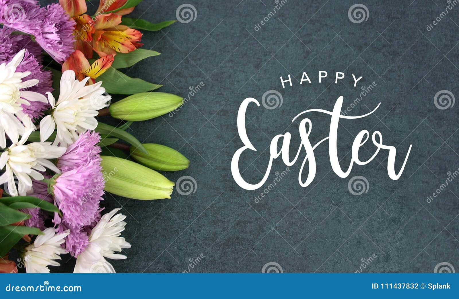 Счастливый сценарий праздника каллиграфии пасхи с красочными цветками весны над текстурой предпосылки классн классного