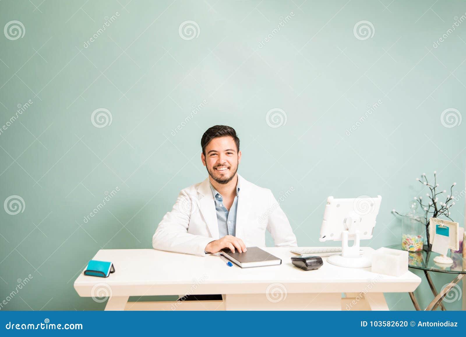 Счастливый терапевт в приемной