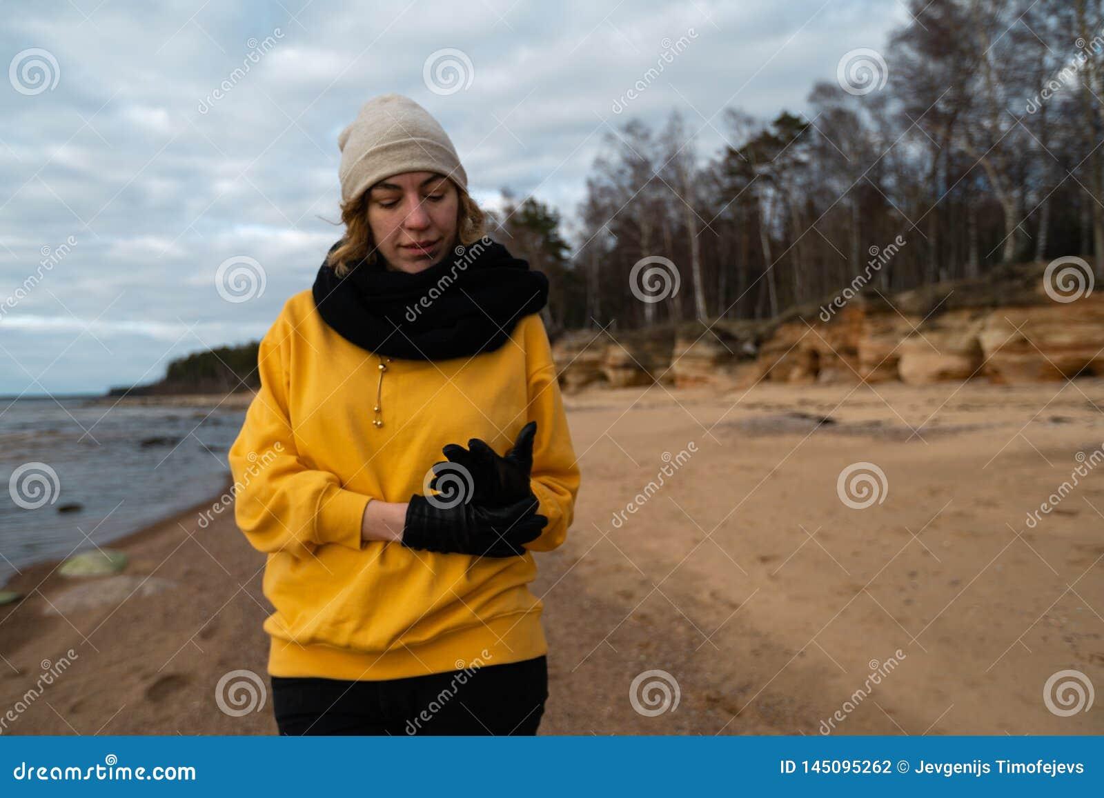 Счастливый энтузиаст любовника спорта и моды разрабатывая на пляже но