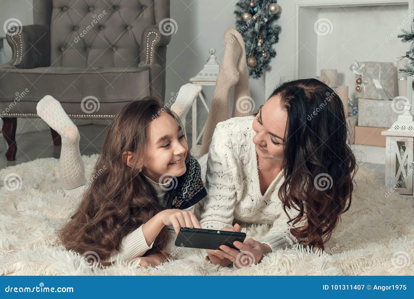 2 счастливых девушки, мать и дочь лежат на поле в Новом Годе