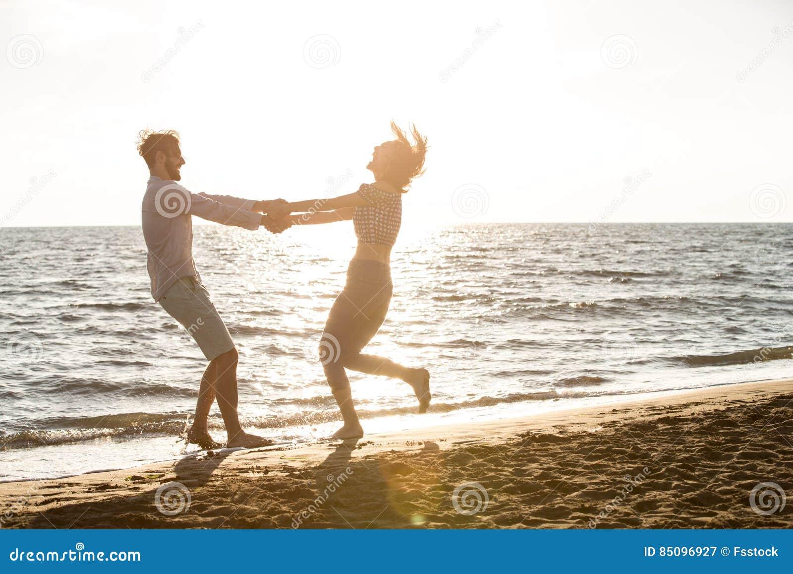 Счастье и романтичная сцена пар влюбленности будут партнером на пляже