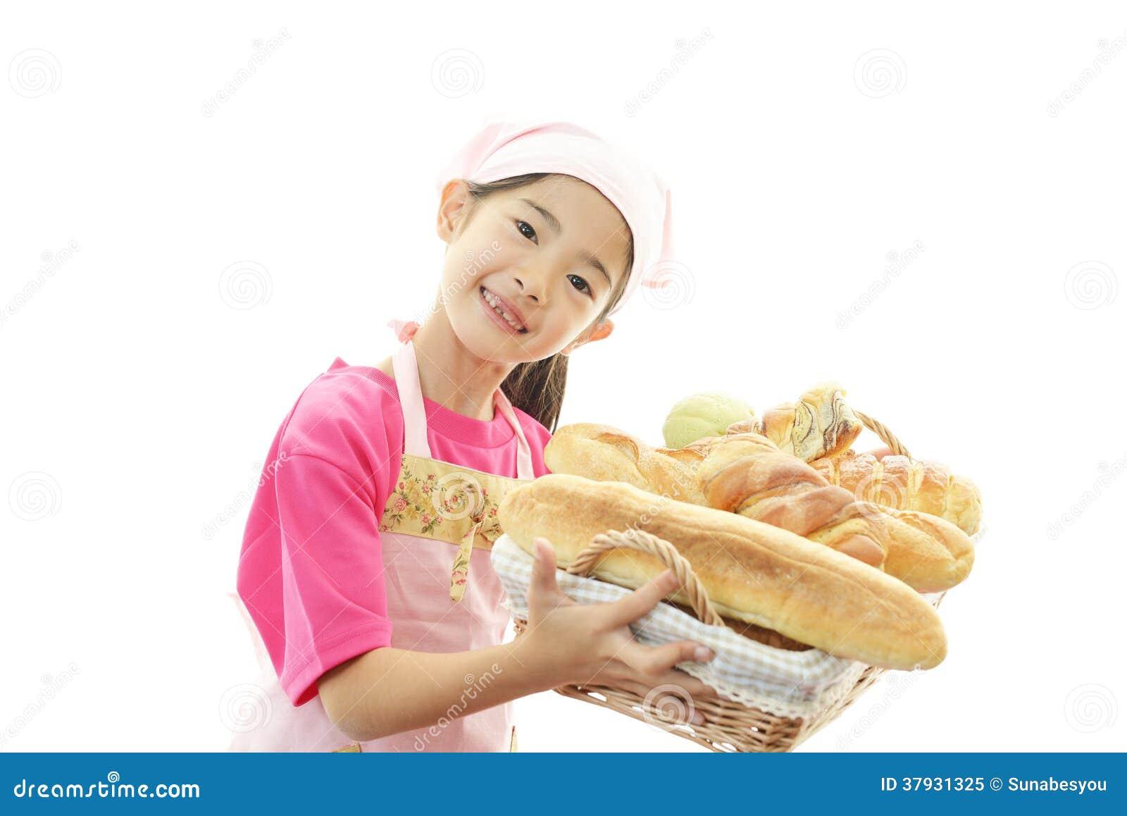 Счастливая азиатская девушка с хлебами