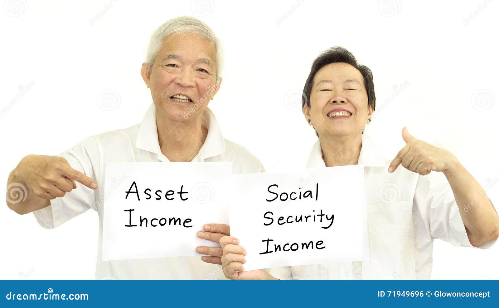 Счастливая азиатская старшая концепция дохода пар, имущество и социальное secur
