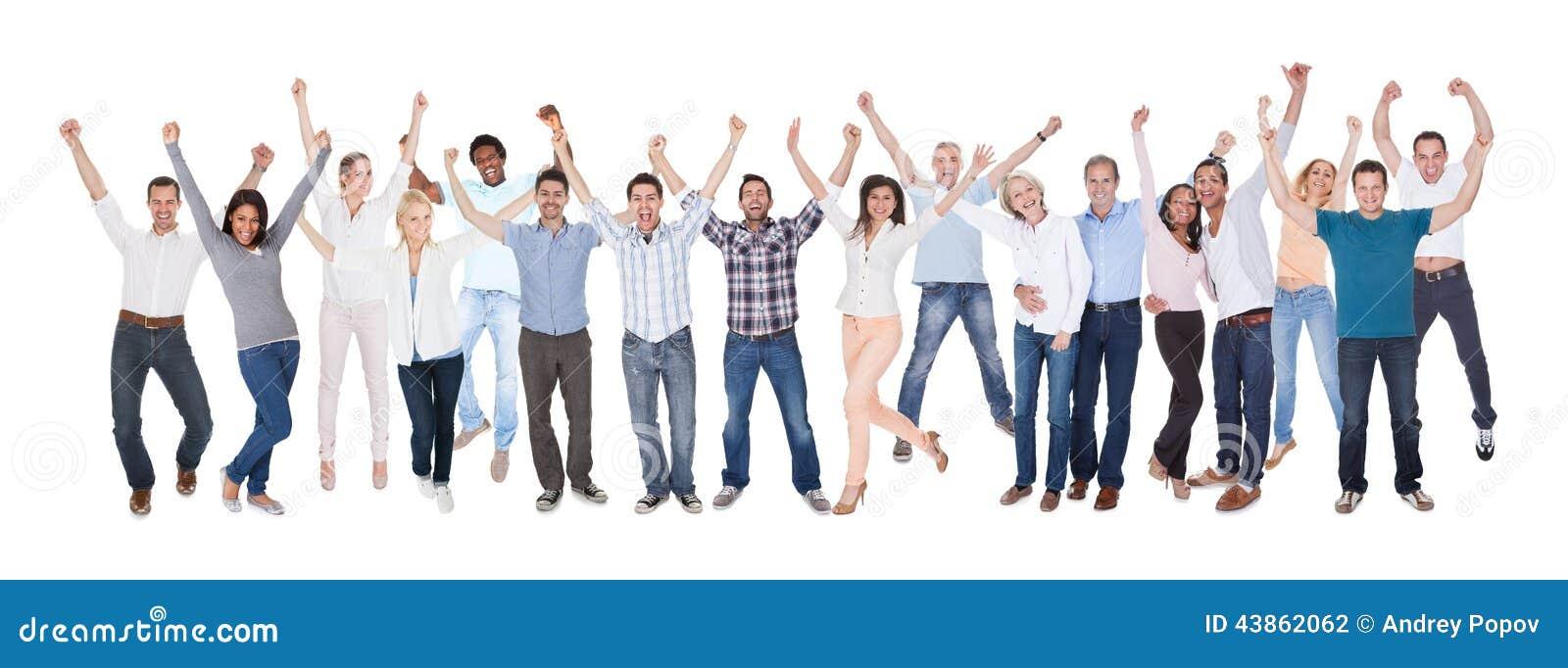 Счастливая группа людей одетая в вскользь