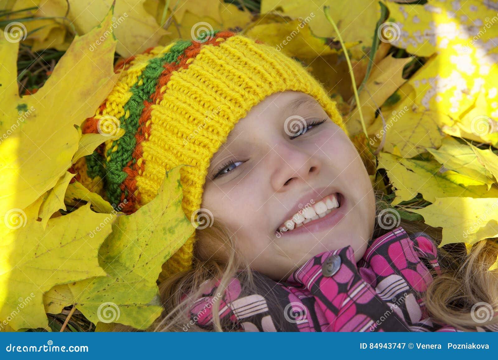 Счастливая девушка в осени Листья