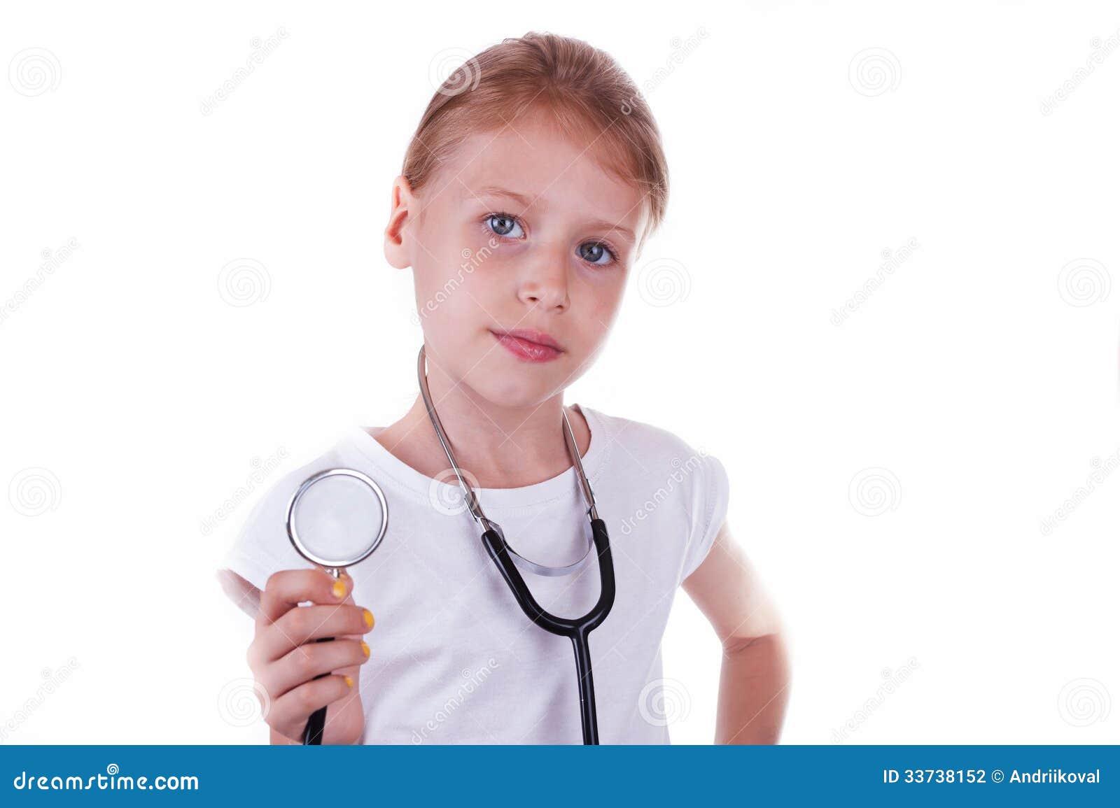 Счастливая девушка играя доктора