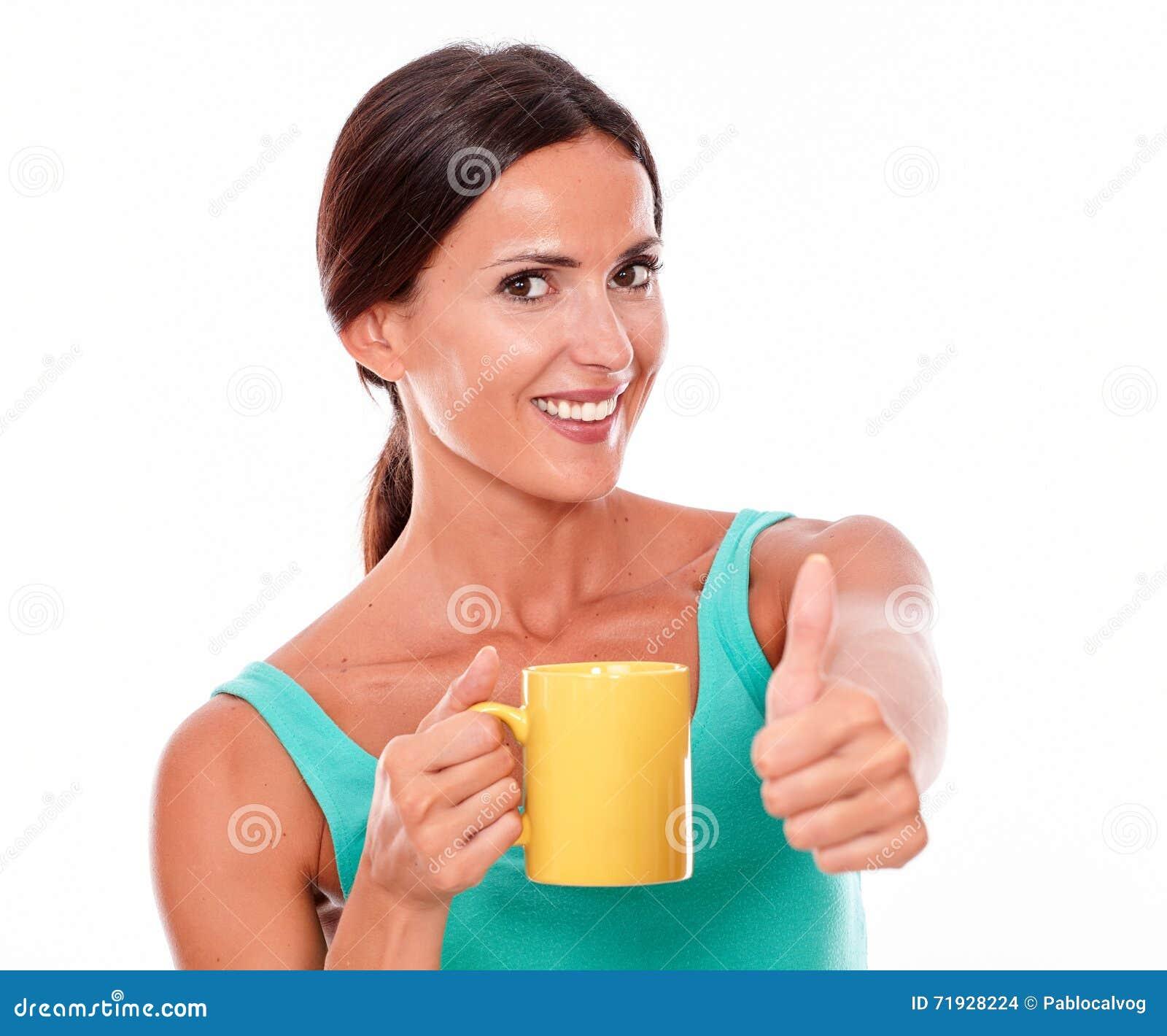 Счастливая женщина брюнет с кружкой кофе