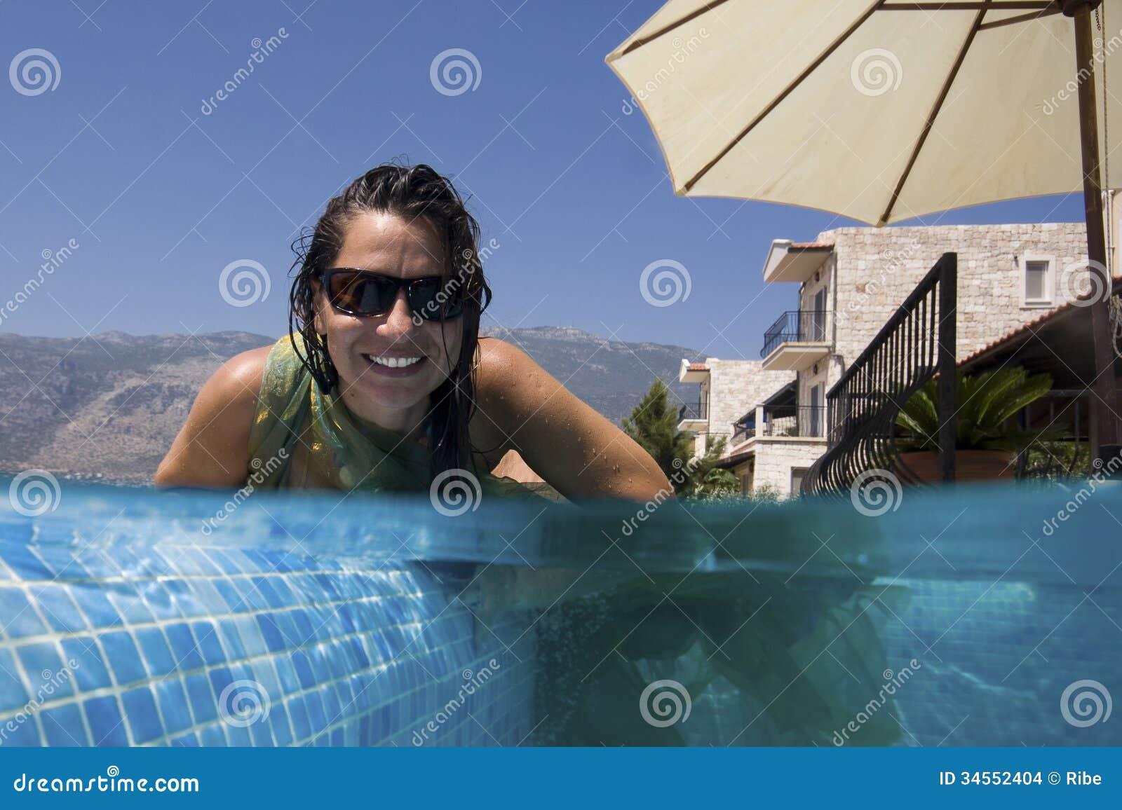 Счастливая женщина в бассейне