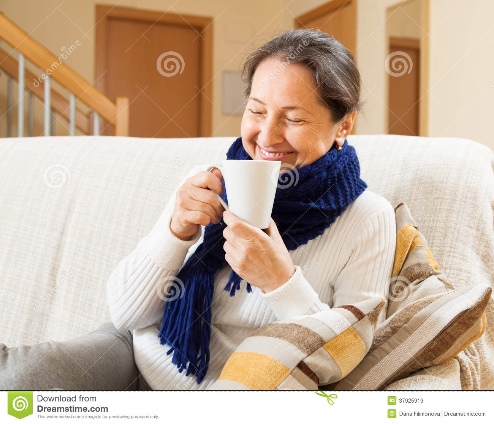 Счастливая женщина в теплом шарфе