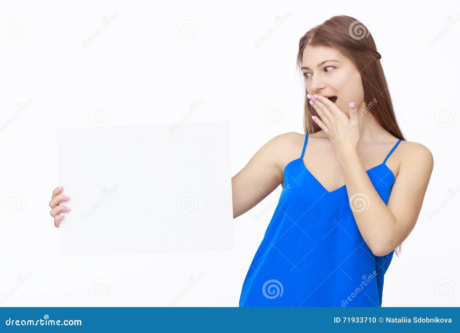 Счастливая женщина держа белый чистый лист бумаги
