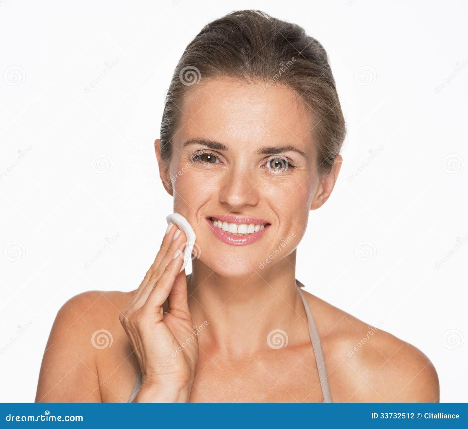 Счастливая женщина используя пусковую площадку хлопка для того чтобы извлечь состав