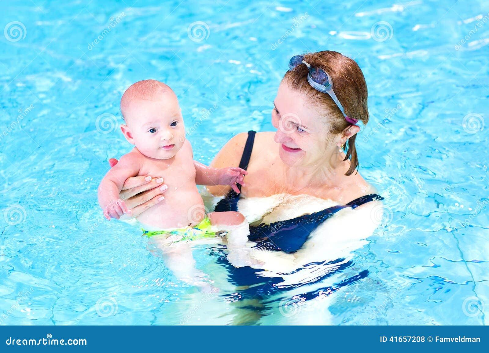 Счастливая женщина и милый ребёнок в бассейне