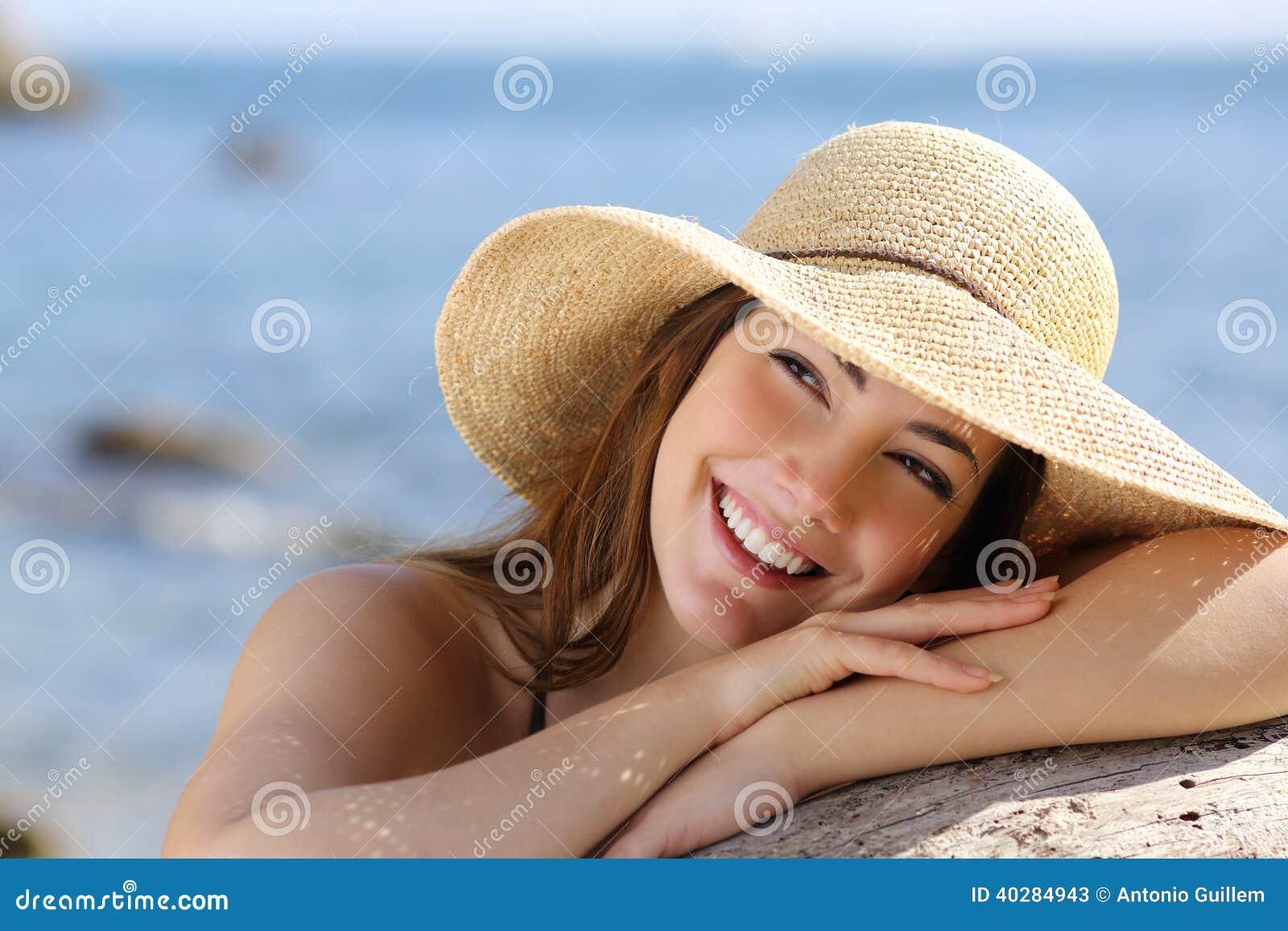 Счастливая женщина при белая улыбка смотря косой на каникулах