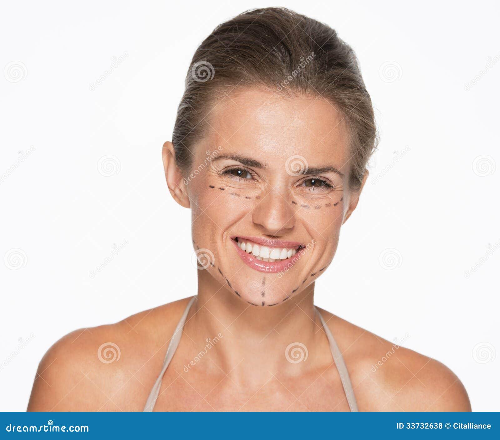 Счастливая женщина с метками пластической хирургии на стороне