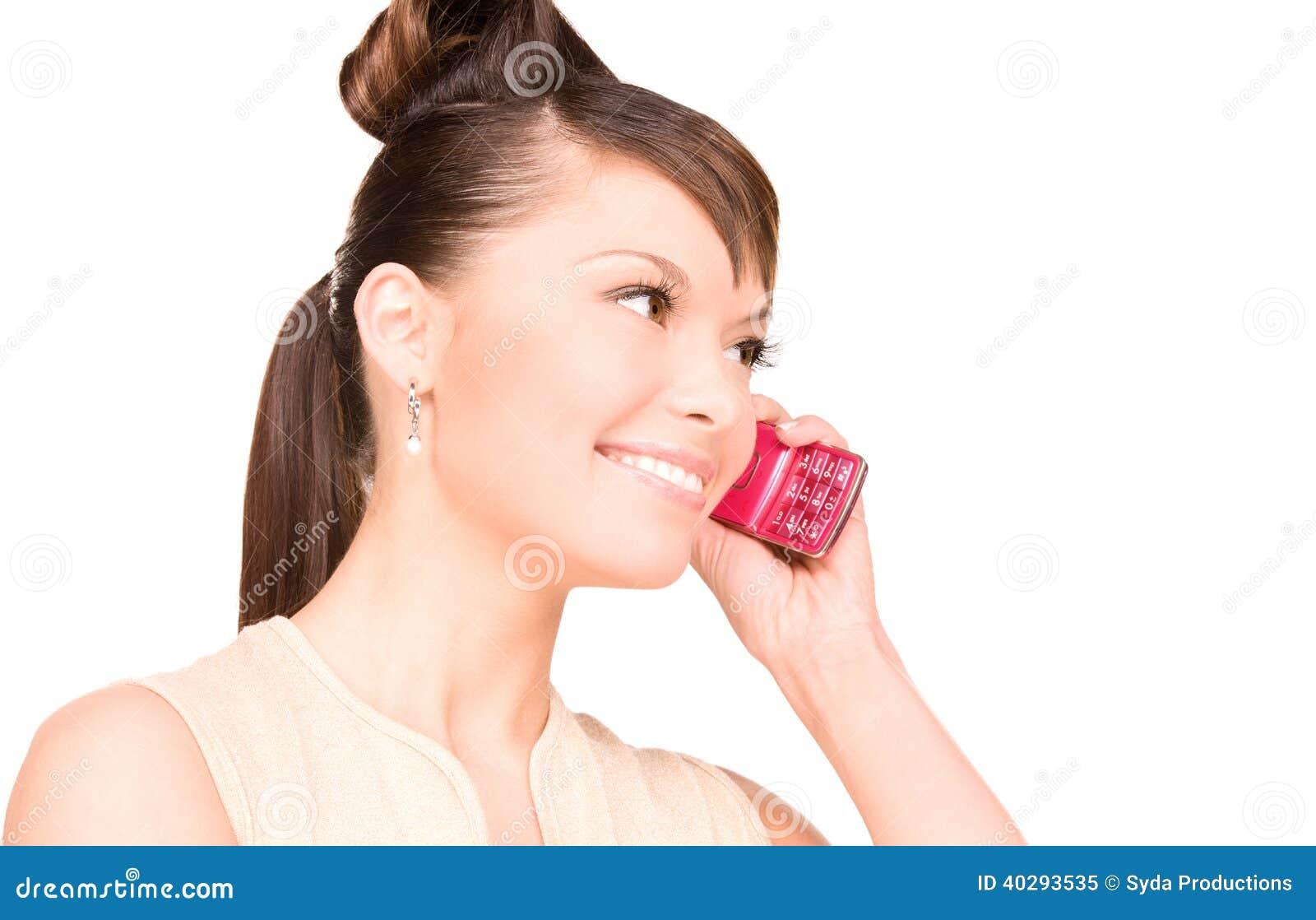 Счастливая женщина с сотовым телефоном