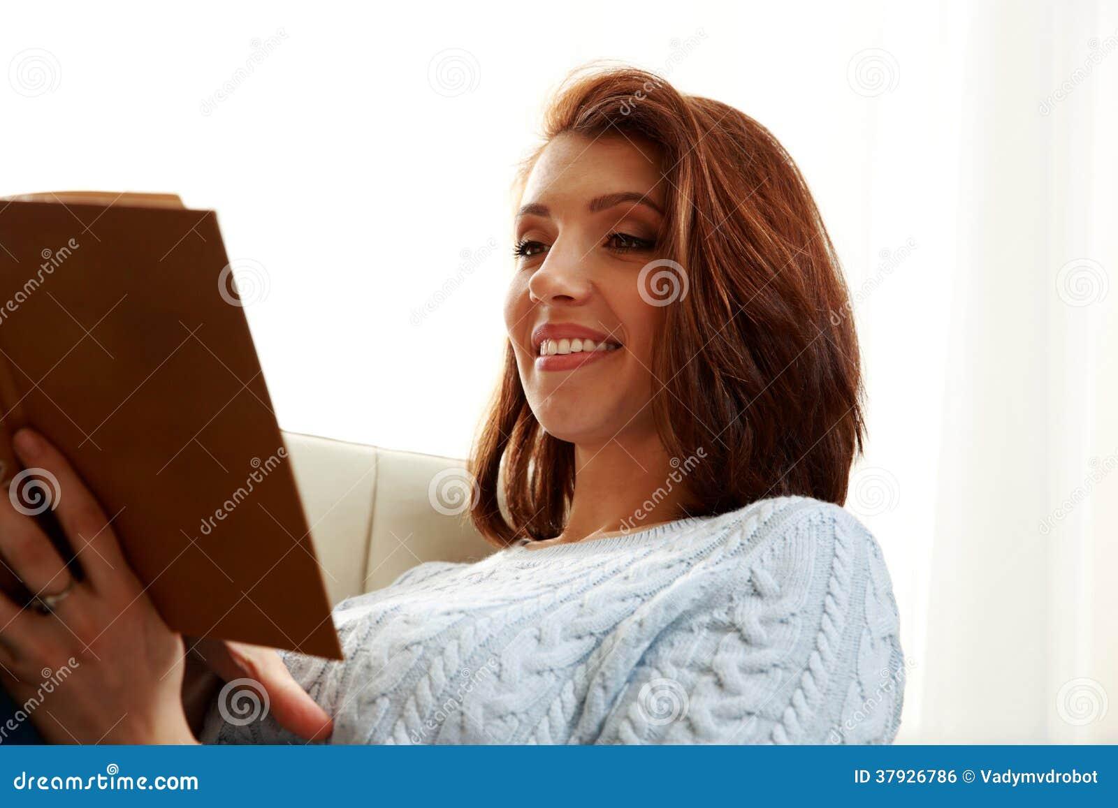 Счастливая женщина читая книгу