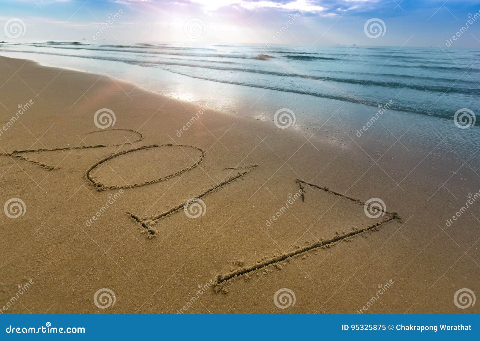 Счастливая концепция 2017 Нового Года на пляже моря