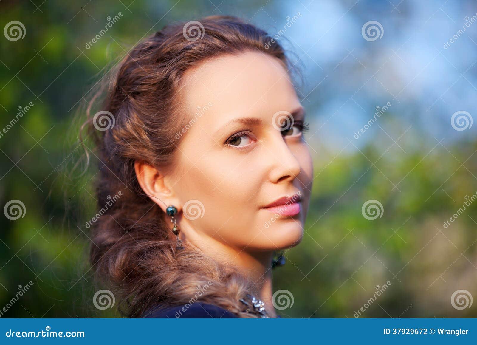 Счастливая красивая женщина на природе