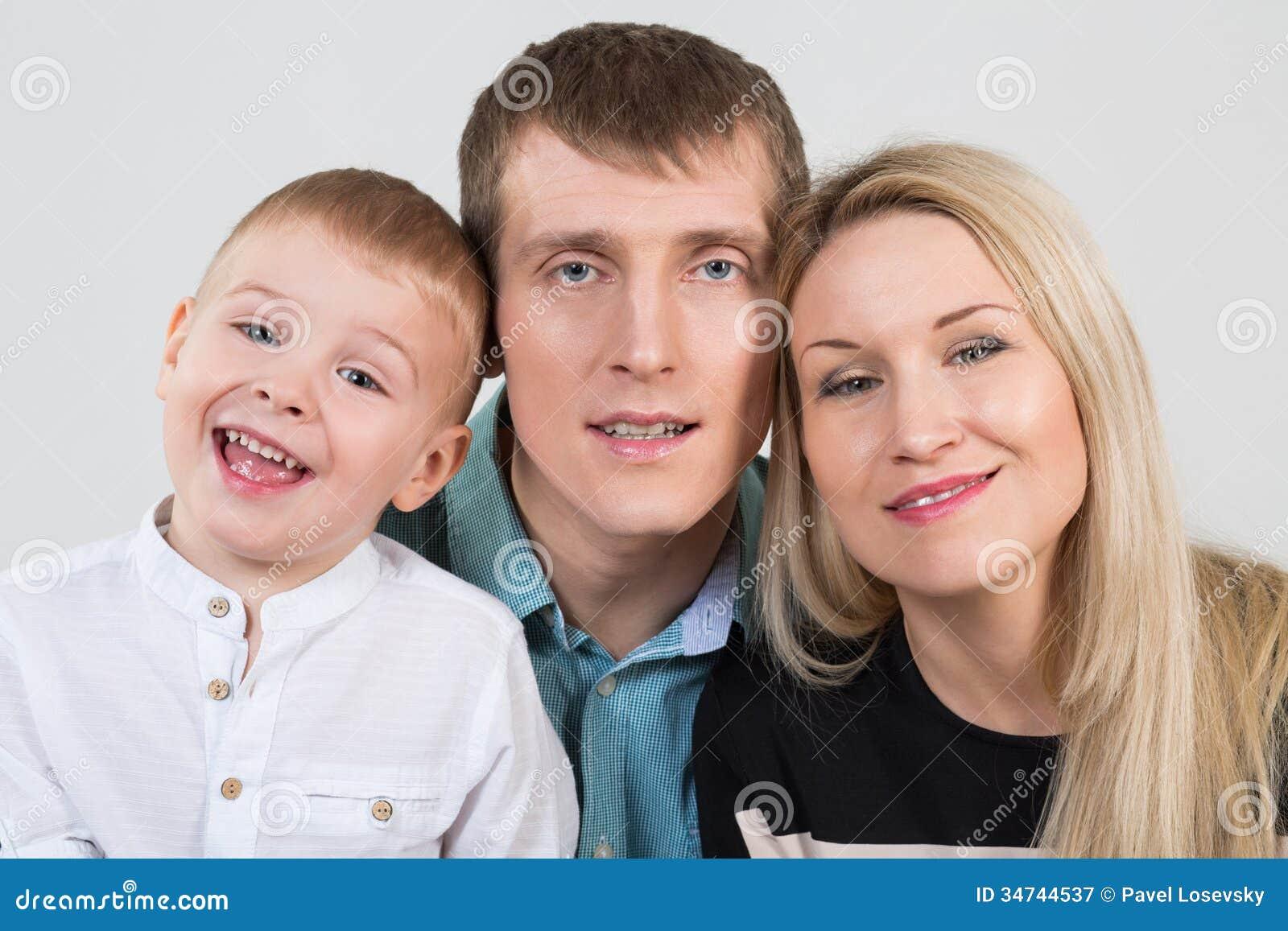 Счастливая красивая семья из трех человек