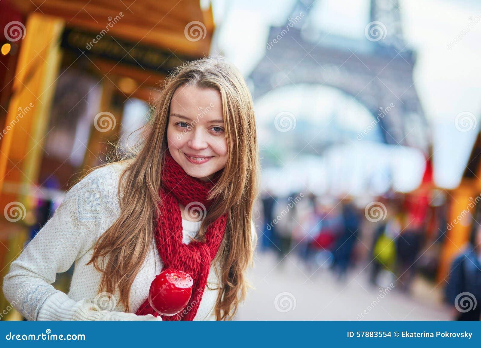 Счастливая маленькая девочка на парижской рождественской ярмарке