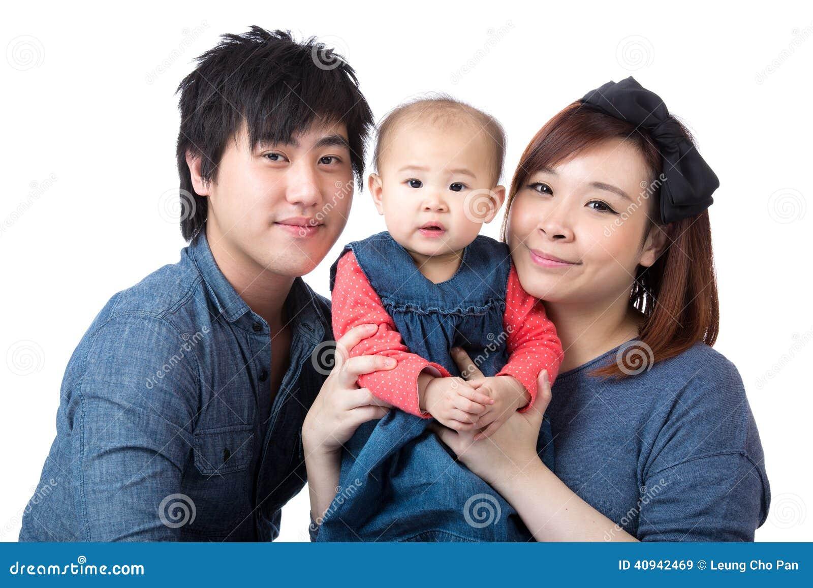 Счастливая молодая азиатская семья